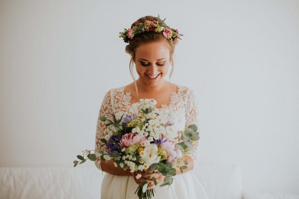 bouquet de mariage coloré avec eucalyptus, paquerrettes, chardons et pivoines roses