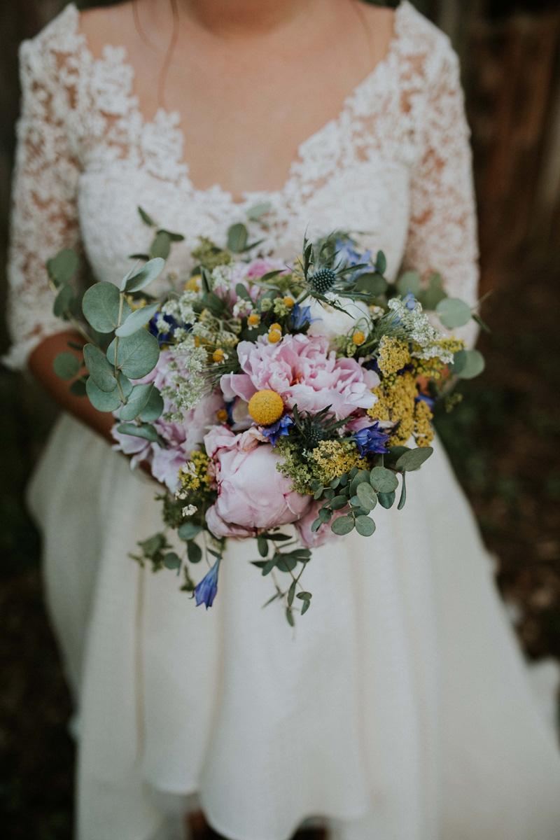 bouquet de fleurs pivoines, eucalyptus, paquerettes et chardons