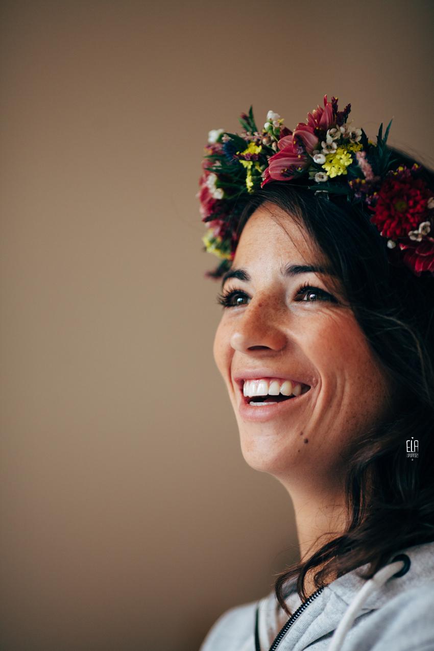 Une mariée rayonnante avec sa couronne de fleurs coloré et délicate