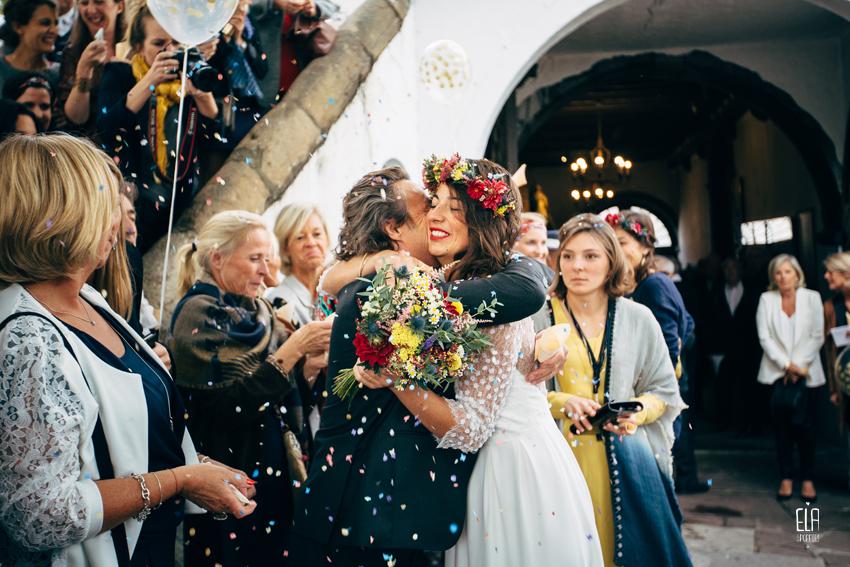 Vive les mariés, sorti d'église Couronne de fleurs de la mariée te bouquet de la mariée