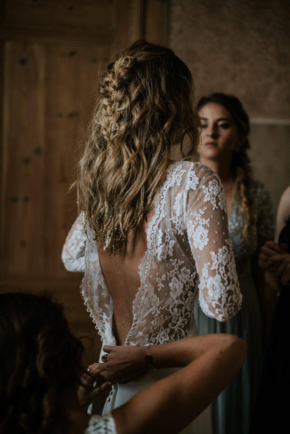 Préparatifs de la mariée avec des tresses et des pailettes