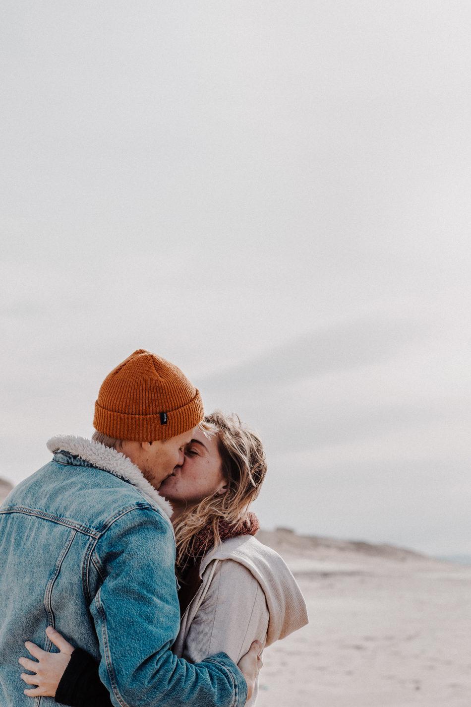 jeune couple amoureux a la plage déserte de seignosse biarritz