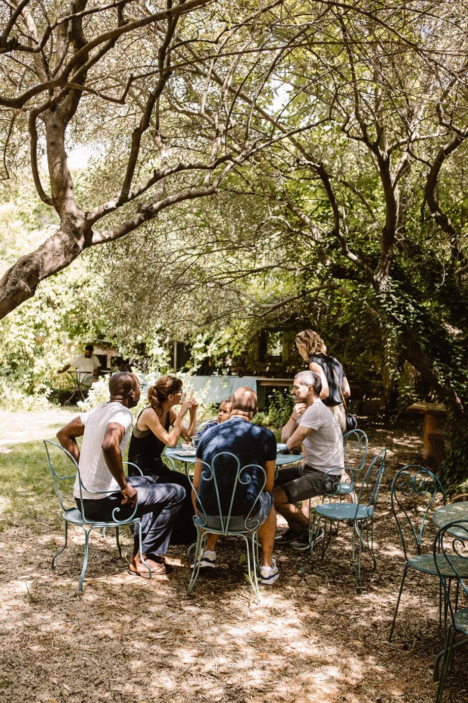 amis autour d'une table en provence