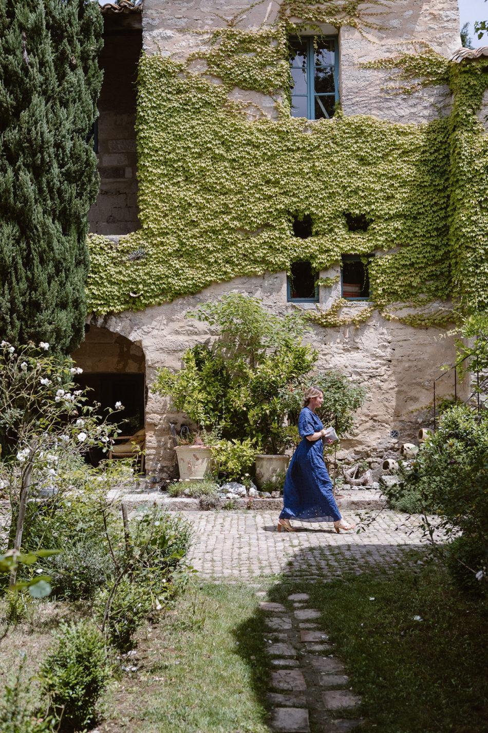 jeune femme qui marche dans un doamine