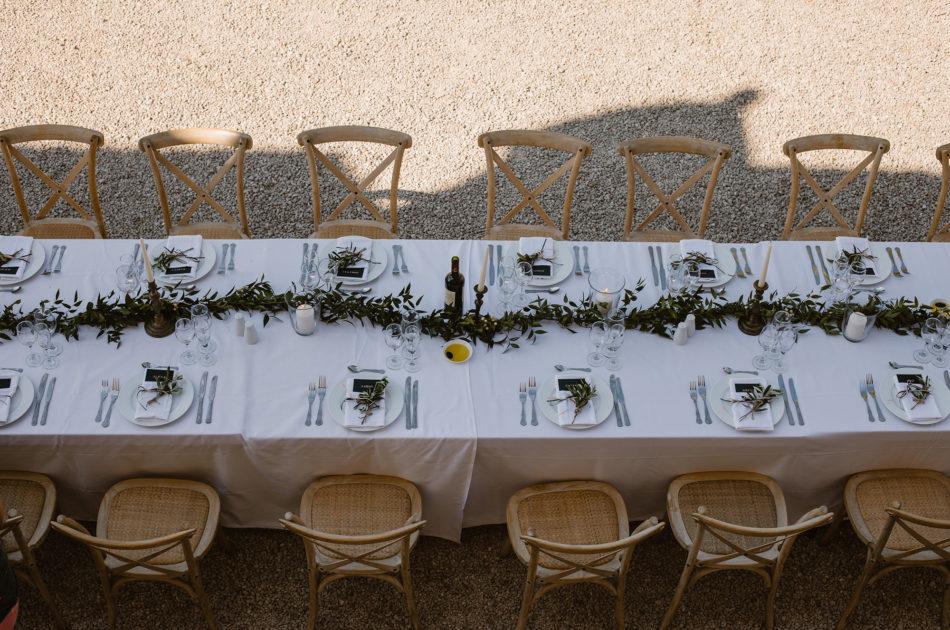 chemin de table avec feuilles végétales