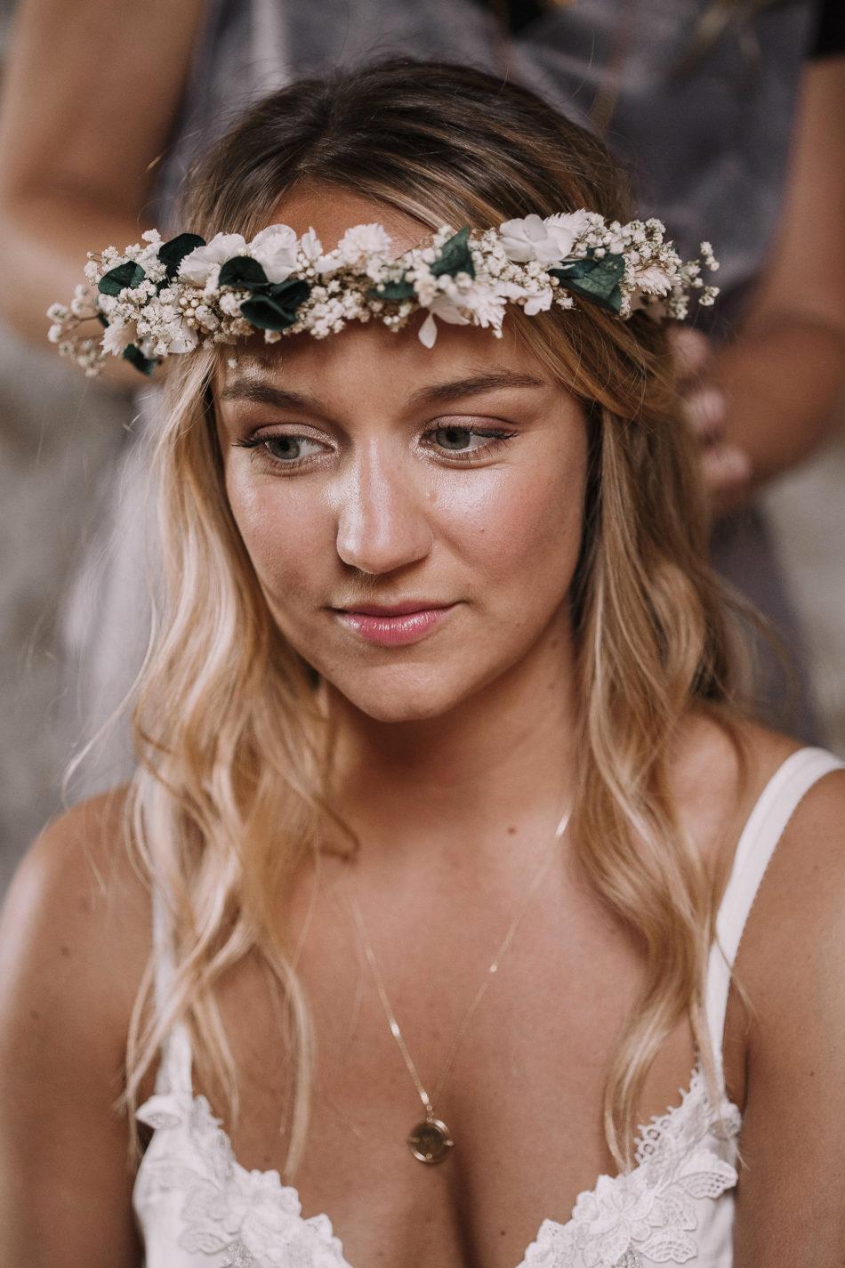 coiffeur mariage tresses et couronne de fleurs