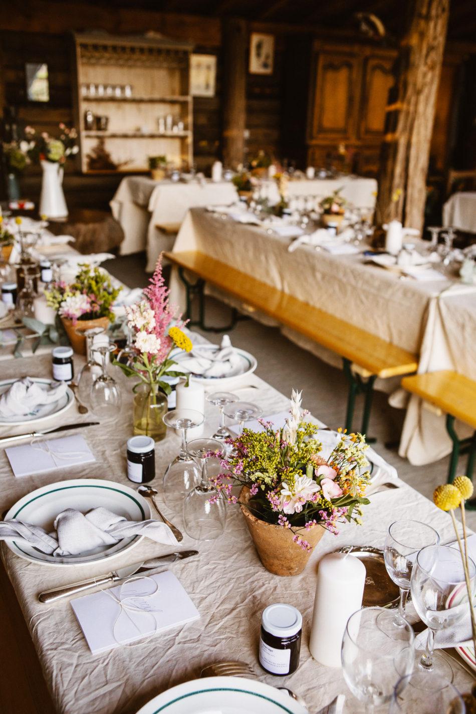 idée de table de mariage avec des fleurs sechées