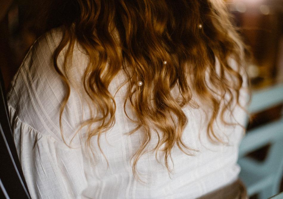 coiffure mariage avec des perles dans les cheveux