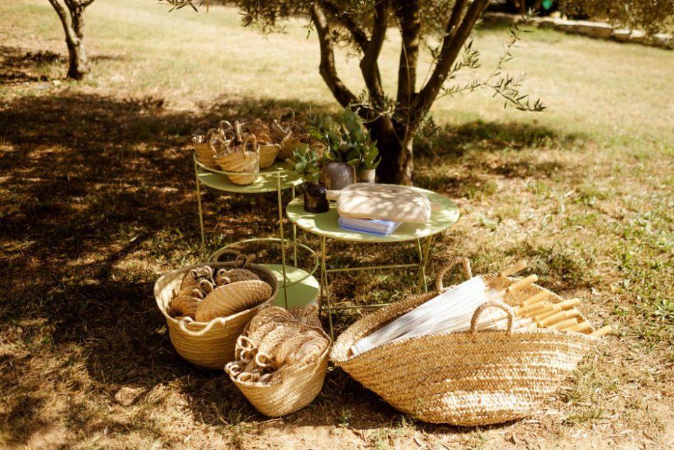 mariage folk, idés cadeaux, panier et eventails en osiers