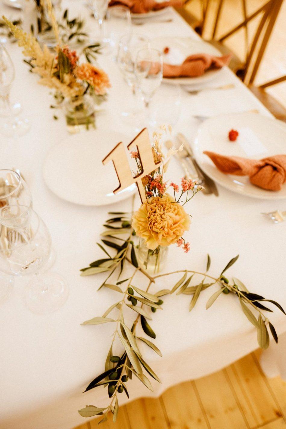 deco de table avec des branches d'oliviers