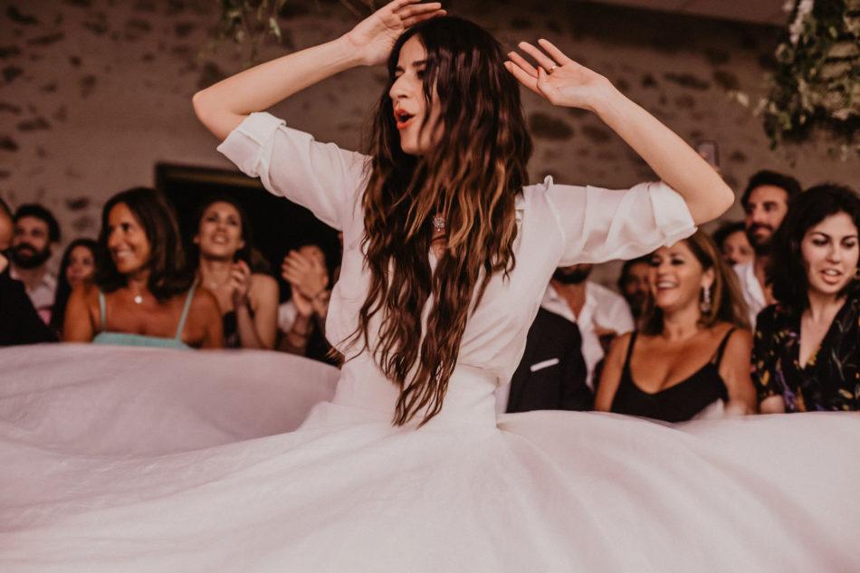 mariée qui dance avec ses amis