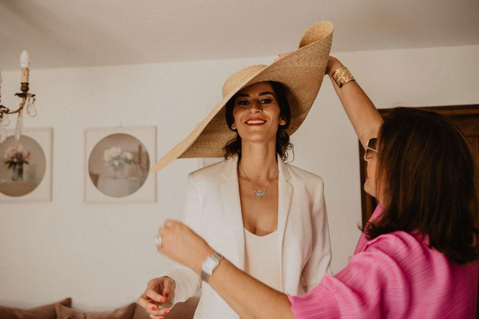 une mariée avec chapeau jacquemus