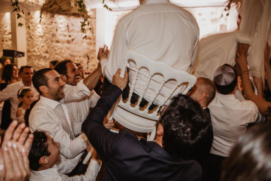 mariés portés des chaises