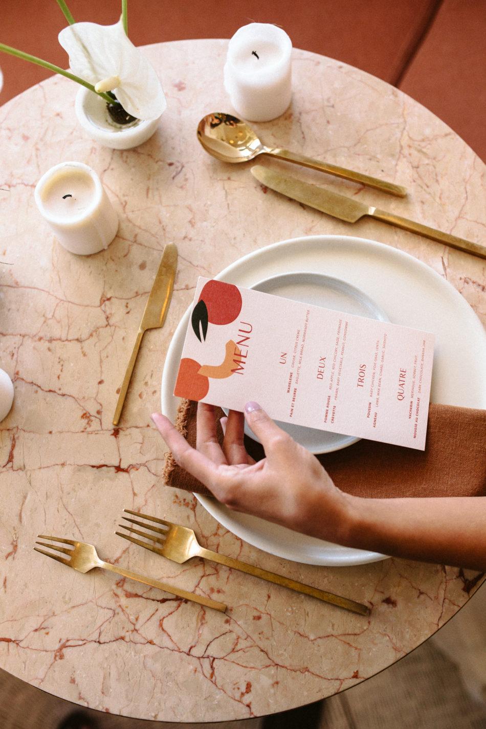 Photoshoot inspiration mariage moderne et simple, menu de mariage moderne