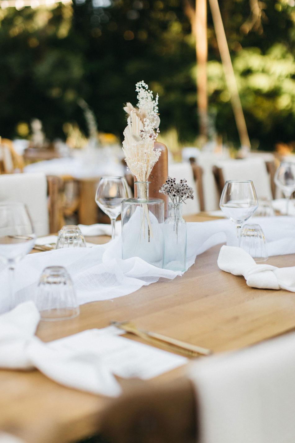 un mariage simple authentique, idée de deco de table en bois simple
