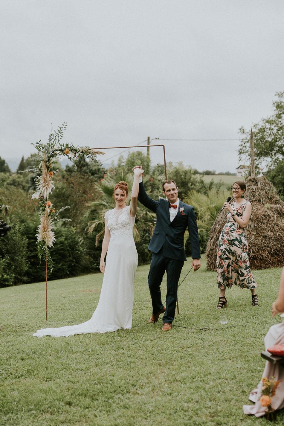 vive les mariés cérémonie laique avec montagne a fond