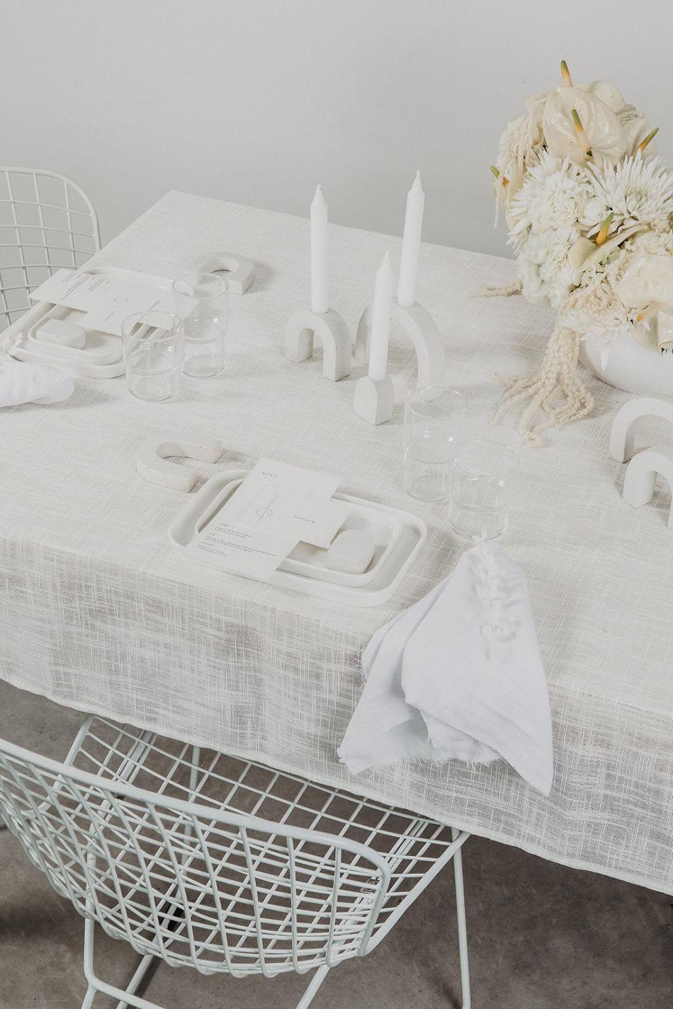 mariage japandi, chaise bertoia