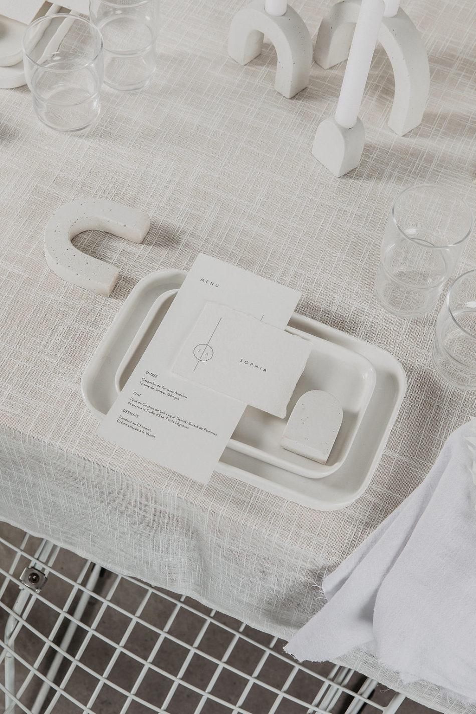 beton zuri, vaissel blanche et papeterie mariage epuré