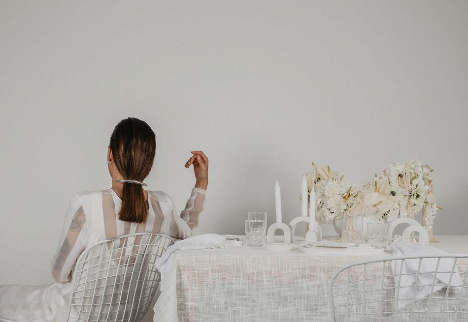 mariage japandi, table beton, papier et tissu blanc